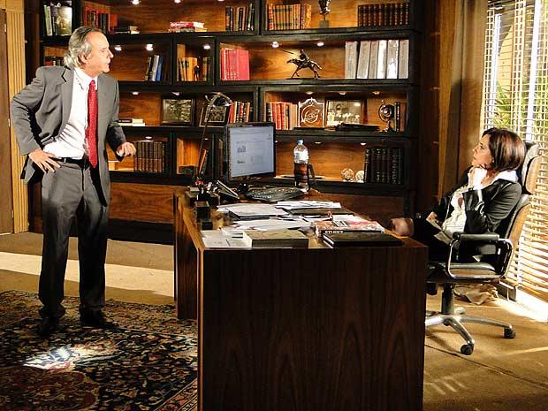 Breno aparece no escritório de Rebeca e começa a fazer drama