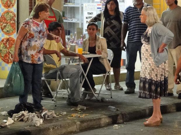 Vizinhos jogam lixo em Valentina e Candê a enfrenta