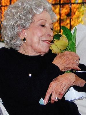 Ela também fica encantada com a orquídea que ganha de Benedetto