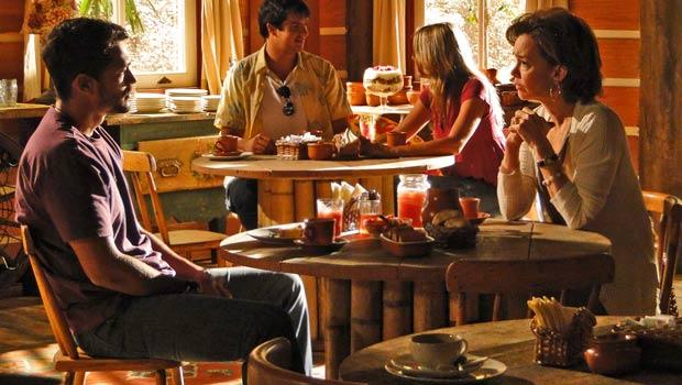 Fred conta para Amélia que Janaína não que mais saber dele
