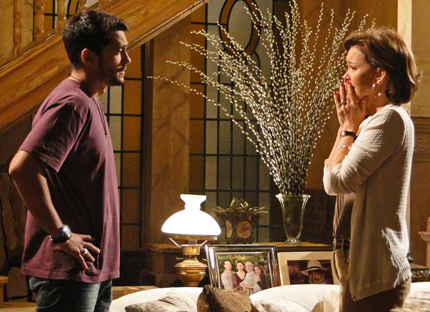 Fred chega sem notícias de Manu e Amélia fica aflita