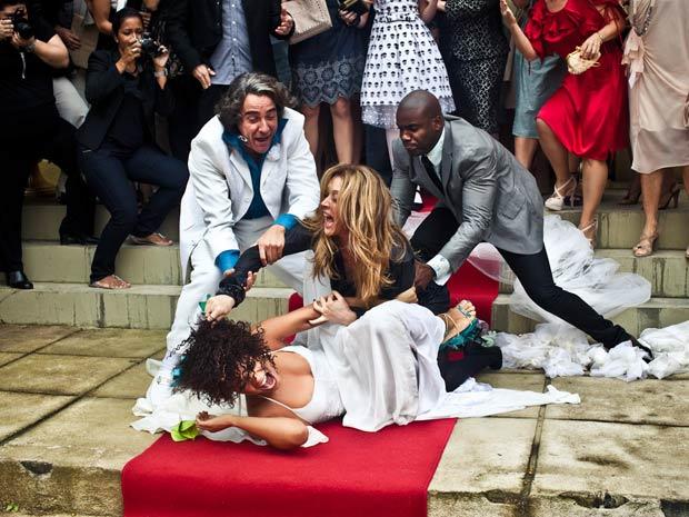 Transtornada, Jaqueline começa a rasgar o vestido de Clotilde
