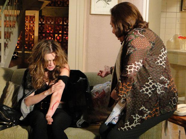 Descabelada e machucada, Clara pede ajuda a Gemma