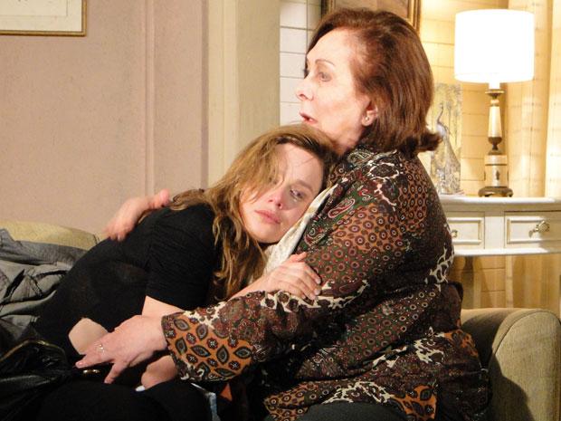 Com pena, Gemma abraça Clara