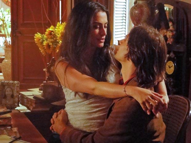 Estela seduz Solano e o beija enquanto ele trabalha
