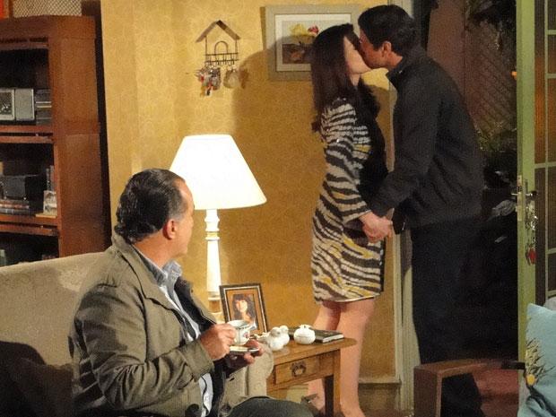 Gerson beija Felícia na frente de Totó