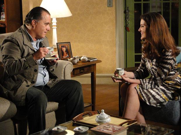 Totó e Felícia tomam café e conversam animadamente