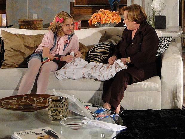 Julia fica emocionada ao ver Mabi costurando como Cecília