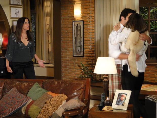 Ao perceber a chegada de Suzana, ela agarra Ari