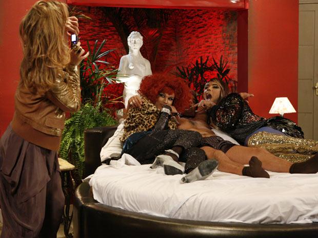 Ela leva Jacques para um motel e o fotografa com dois travestis