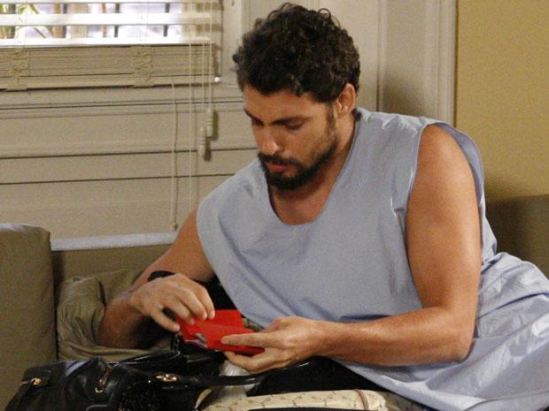 Danilo rouba dinheiro da carteira de Lorena