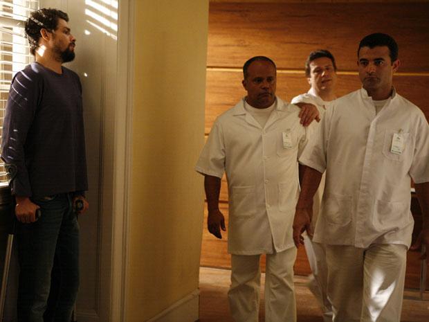 Danilo se esconde dos enfermeiros e foge da clínica