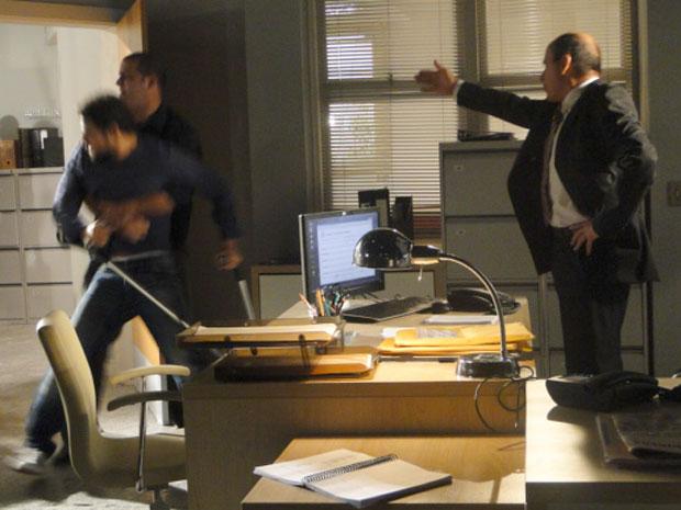 Guarda retira Danilo à força, mas ele consegue falar com o delegado