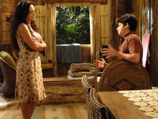 Bruno diz à mãe que tem medo de ser rejeitado por ser baixinho