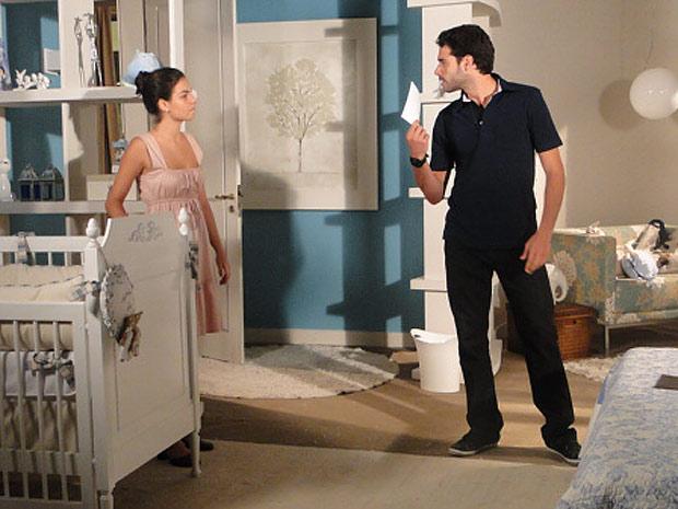 Renato encontra foto de Edgar nas coisas de Marcela e fica revoltado