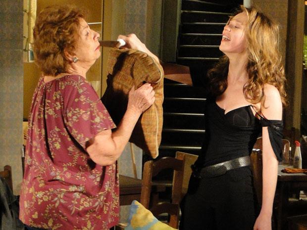 Loura ameaça Valentina com uma faca