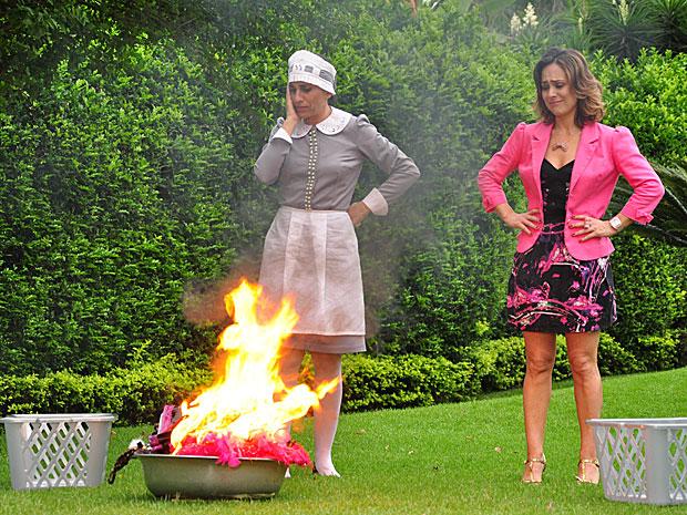 Ainda assim, ela resolve queimar todas as lingeries da fase amante