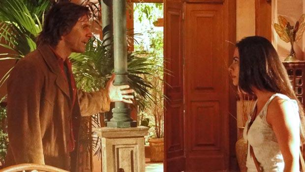 Estela espera por Solano na sala e tenta convencê-lo a continuar o que estavam fazendo