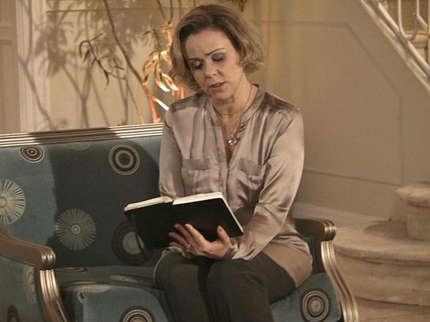 Bruna fica comovida com o diário de seu filho