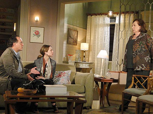 Gemma acha que Clara é capaz de se agredir e dizer que foi Valentina