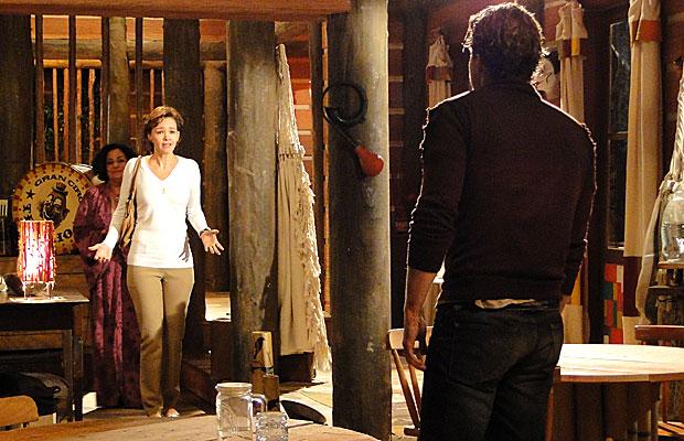 Amélia se emociona ao ver Vitor