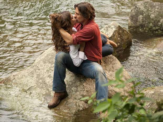 Manuela não consegue mais se conter e tasca o maior beijão em Solano