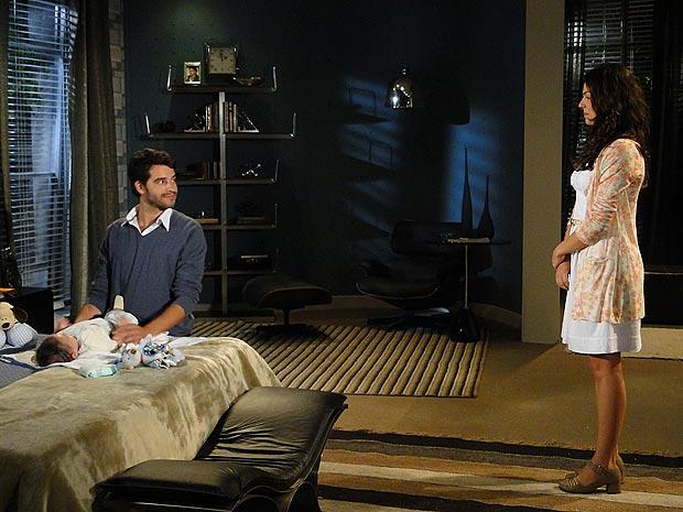 Marcela fica emciocionada ao ver Renato cuidar do filho com tanto carinho