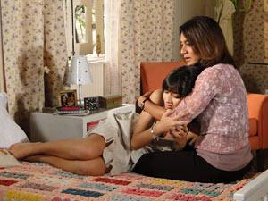 Ela tenta consolar sua filha