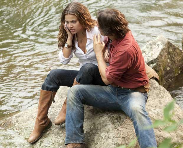 No riacho com Solano, Manuela fica sabendo do acidente de Vitor