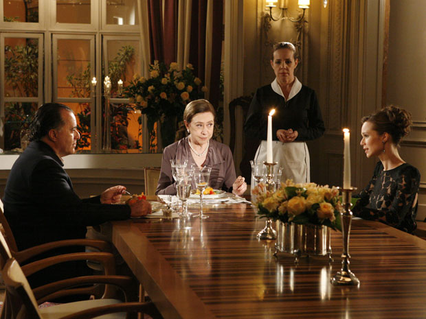 Bete olha para Clara quando a loura diz que está mudada