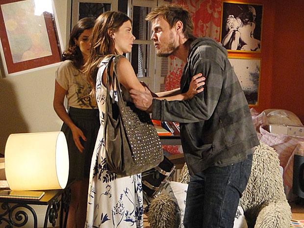 Sem paciência, André exige que Diana lhe dê dinheiro