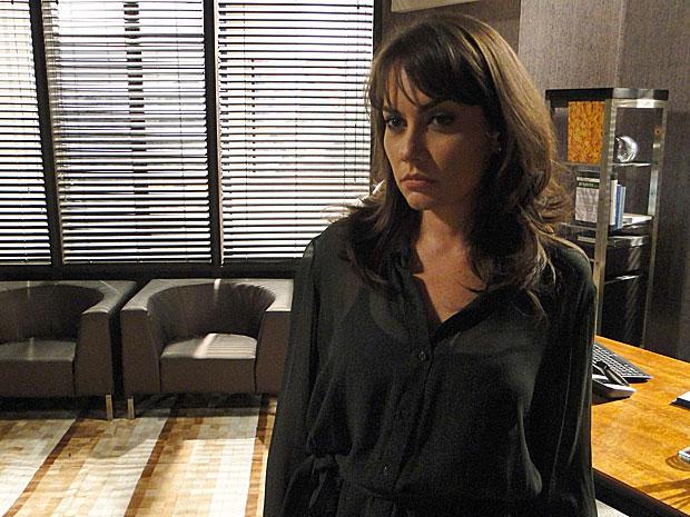 Laura teme que Lorena comece a investigá-la