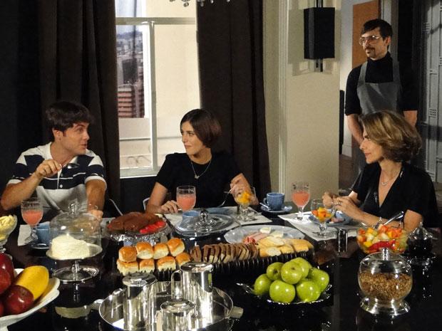 Stela toma café da manhã com a família reunida