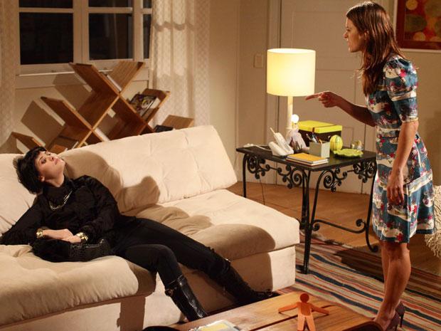 Diana dá um tapa e joga Melina no sofá