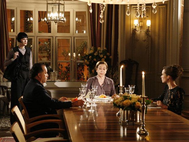 Melina estranha a presença de Clara e se refere a ela como bandida