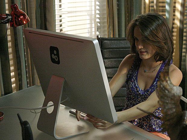Sem que Gerson saiba, Fátima usa o computador do pai