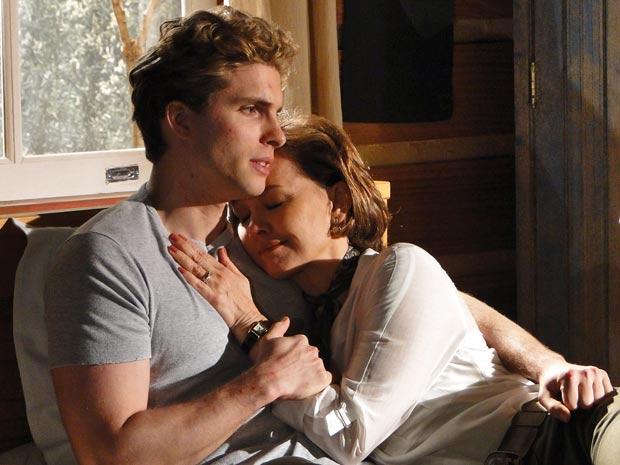 Vitor e Amélia conversam abraçados