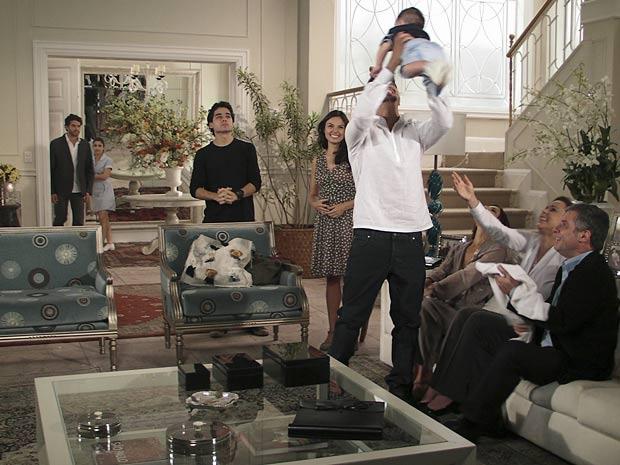 Renato chega e vê Edgar com seu filho no colo