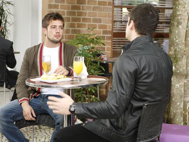 Pedro tenta convencer Jorgito de que está realmente apaixonado por Camila