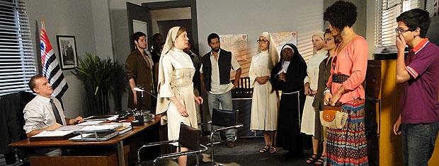 Clotilde encontra Jaqueline na delegacia e descobre que ela virou freira