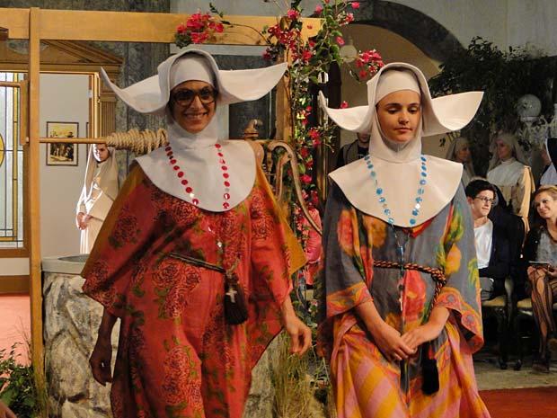 As irmãs desfilam as criações de Irmã Desgosto
