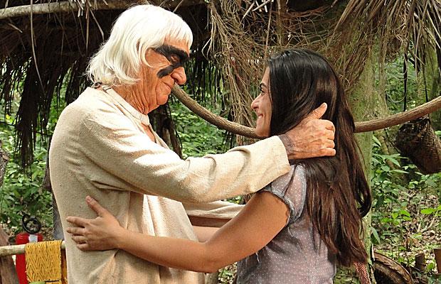 Estela vai ao encontro do avô... Manuela vê tudo