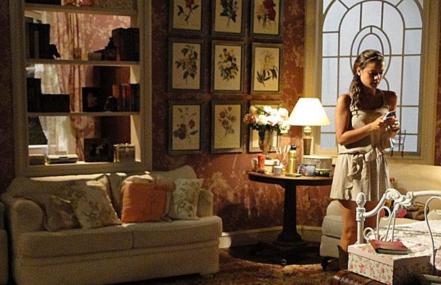 Manuela liga para alertar Solano sobre Estela