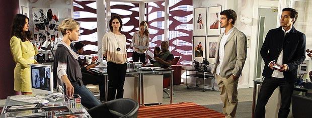 Marcela aparece se surpresa na agência e pede dois modelos para um editorial de Moda Brasil