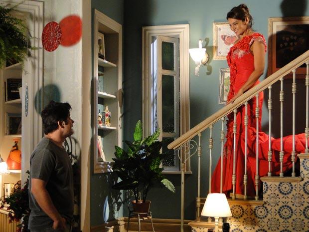 Marta desce a escada toda produzida e Ari fica fascinado