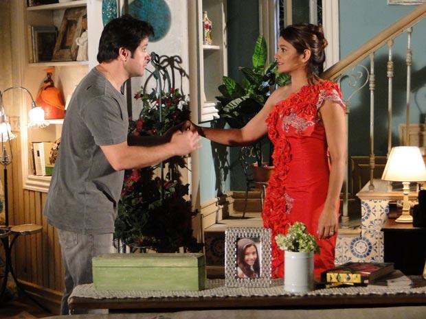 Depois do beijo, os dois ficam sem saber o que dizer e Ari vai embora