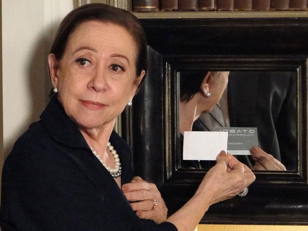 Bete descobre que Fred está por trás da Otabol ao colocar o cartão de frente para o espelho