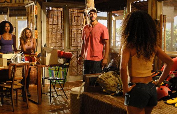 Fred descobre que Janaína quer deixar Girassol