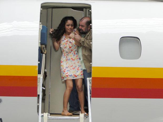 Kelly é levada à força por Jonisval para dentro do avião