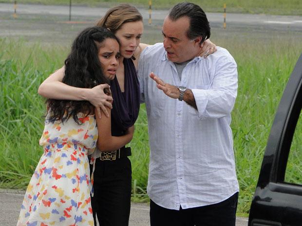 Kelly corre para os braços de Clara com a ajuda de Totó